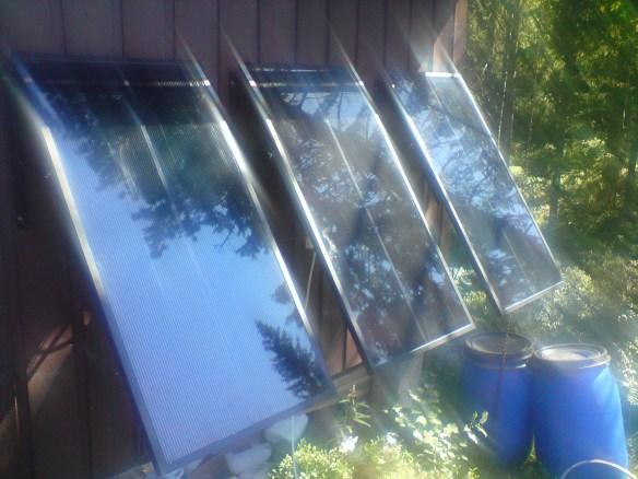 Mine solcellepaneler: Store. Bedre enn små. Og praktiske når man ikke kan legge inn strøm på vanlig vis. Og lærerike å ha! Men ikke så veldig miljøvennlige, når alt kommer til stykket.